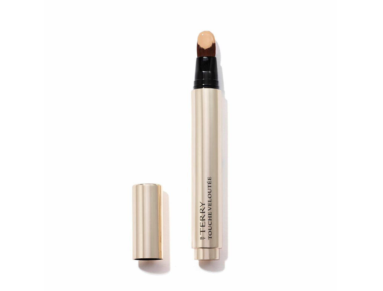 BY TERRY Touche Veloutée Highlighting Concealer Brush in 3 Beige | Shop now on @violetgrey https://www.violetgrey.com/product/touche-veloutee-highlighting-concealer-brush/BYT-1141291300